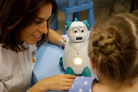 Sesión de terapia con un robot de Aisoy. / Aisoy Robotics