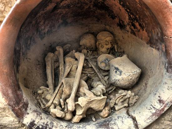 Interior de la tumba principesca con los esqueletos y el ajuar funerario. / UAB