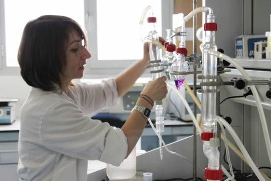 Investigadora durante los ensayos en laboratorio / Fundación Descubre