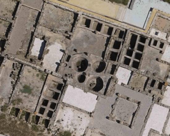 Vista aérea de algunos de los tanques de salazón ( cetaria )  de la  antigua ciudad romana de  Baelo Claudia , próxima a la actual  Tarifa (España) / UCA