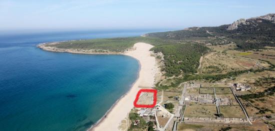 Vista aérea de la antigua ciudad romana de Baelo Claudia (cerca de Tarifa, Andalucía). Las instalaciones de tratamiento de pescado [en el cuadrado rojo] están situadas justo al lado de la playa / UCA