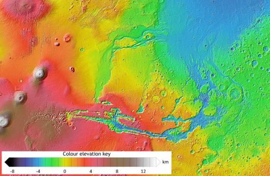 Mapa topográfico obtenido con datos de altimetría láser de la región de Valles Marineris, mostrando las huellas de los antiguos grandes canales de avalancha originados en áreas volcánicas y el antiguo lecho oceánico (en azul).