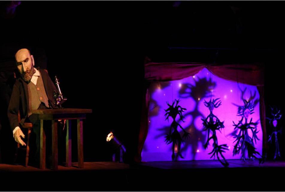 Escena de la obra teatral con títeres Cajal, el rey de los nervios