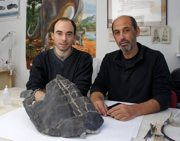 Adán Pérez-García (izquierda) y Francisco Ortega (derecha) muestran el caparazón / SHN-GBE UNED.