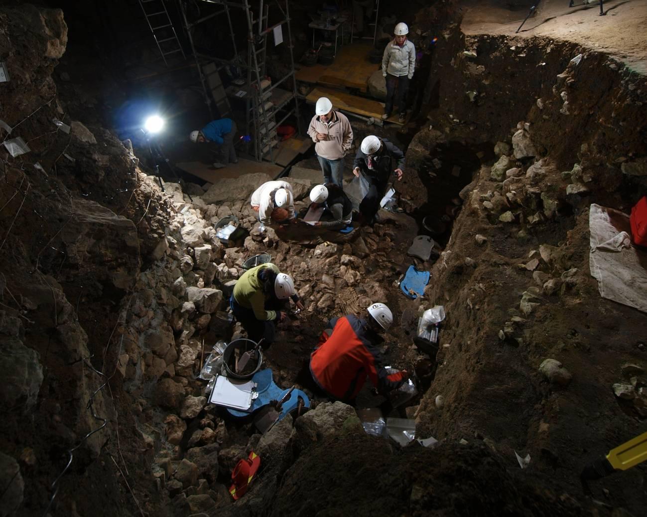 Investigadores analizan los restos en la cueva de Portalón en Atapuerca. / Javier Trueba