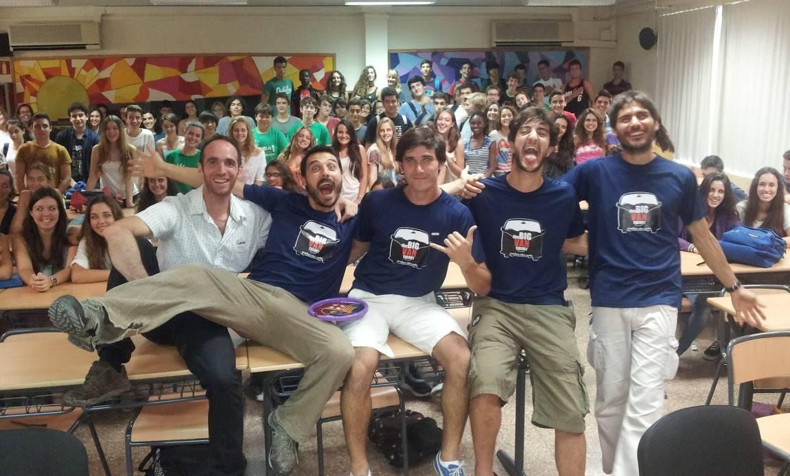 Miembros de The Big Van Theory en un aula. / TBVT