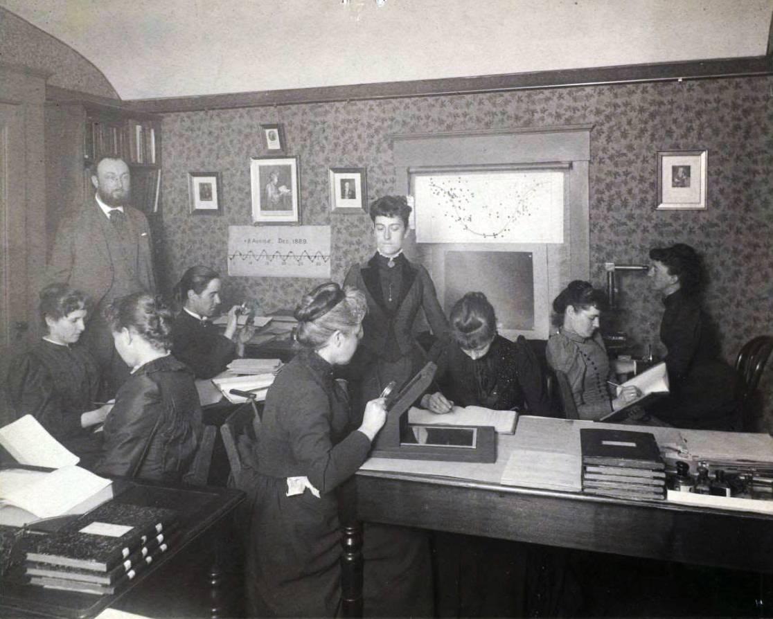 En la imagen, tomada en el Observatorio Harvard en Cambridge, Massachusetts, Fleming (de  pie, en el centro de la fotografía)  cerca del año 1890 junto a las calculadoras humanas –que fueron conocidas coloquialmente como el Harem de Pickering– catalogan estrellas del firmamento. / Universidad de Harvard