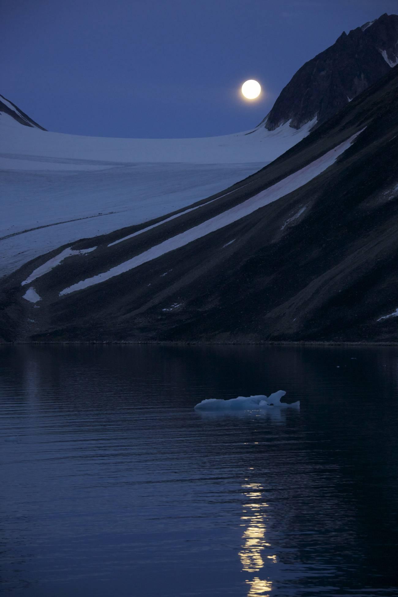 Luna del Ártico./ Geir Johnson