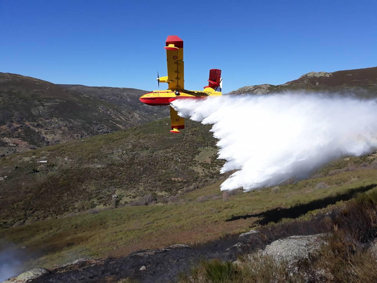 Avioneta de descarga de agua tras un incendio. / MITECO