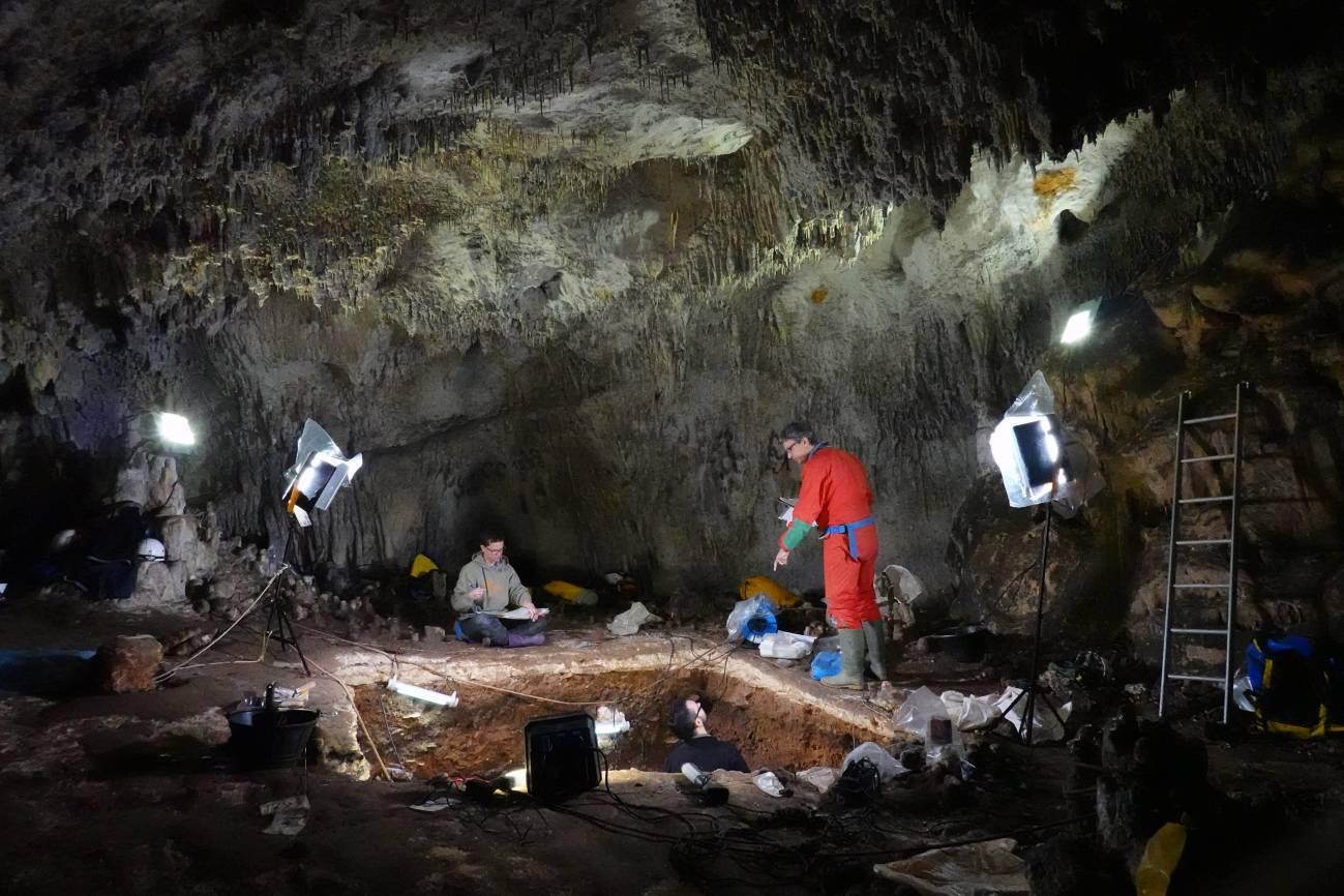3 Estatuas site Mayor cave. Javier Trueba Madrid Scientific Films - España.- ADN  de Neandertal  recuperado a partir del sedimento de un yacimiento de Atapuerca