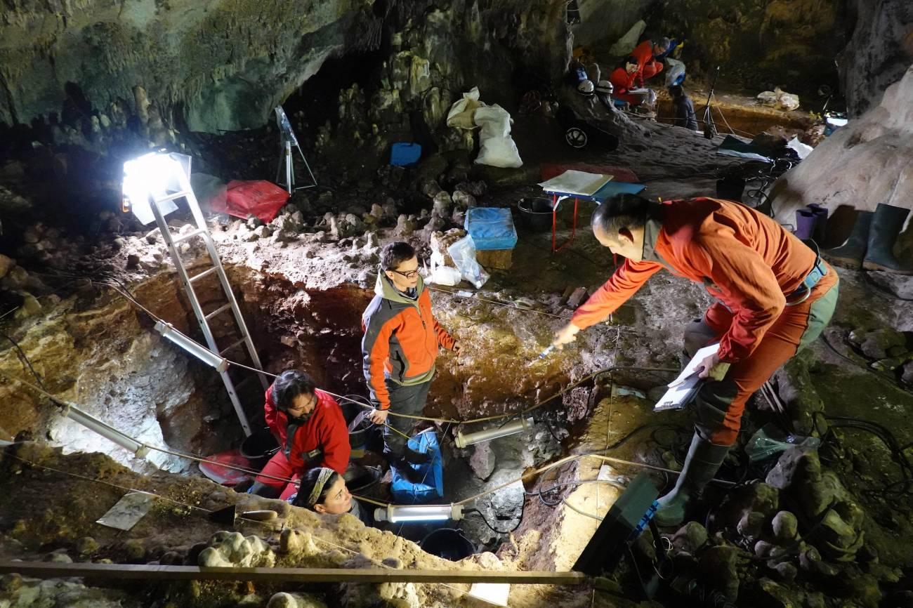 5 Estatuas site Mayor cave. Javier Trueba Madrid Sci entific Films 2 - España.- ADN  de Neandertal  recuperado a partir del sedimento de un yacimiento de Atapuerca
