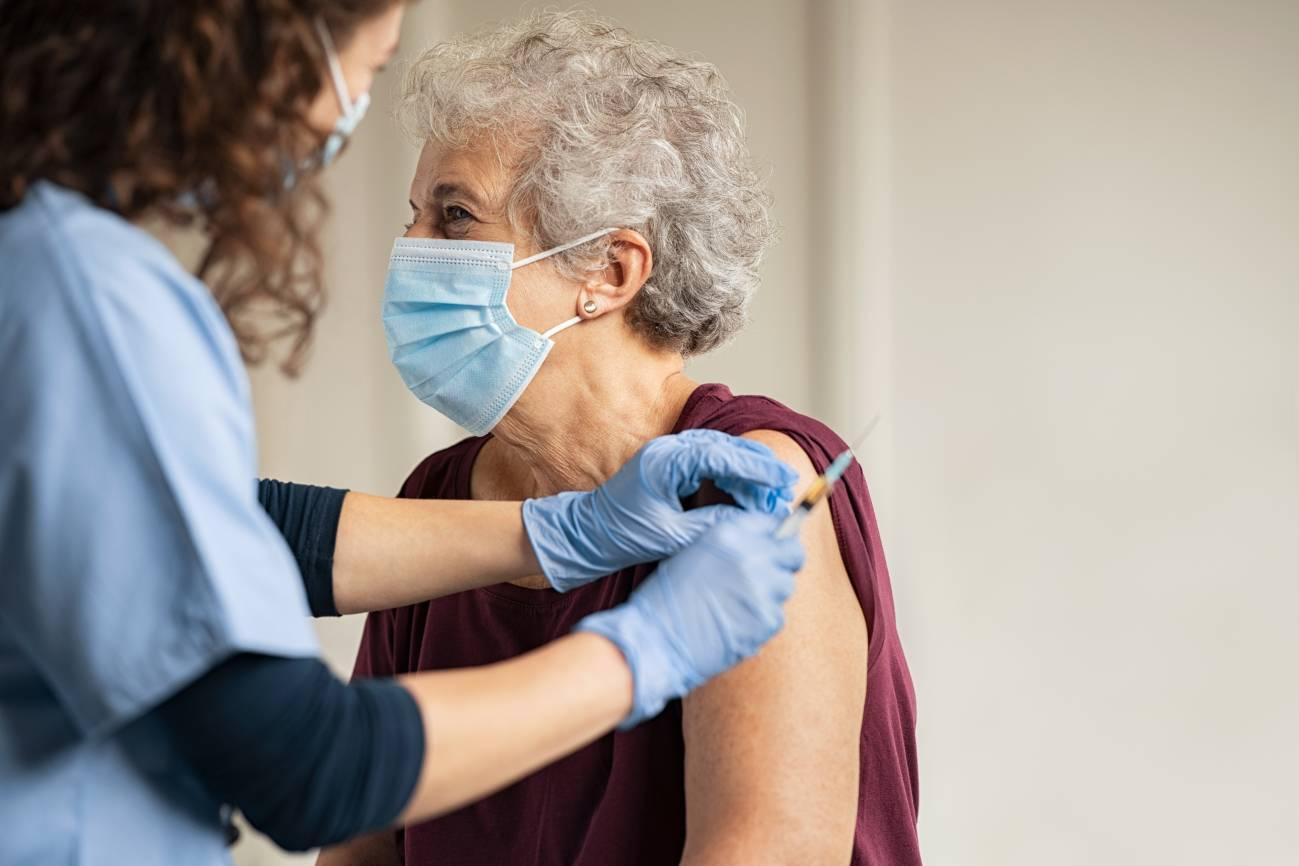 A pesar de la presión social por vacunar a las personas mayores, primero, algunos investigadores opinan que antes habría que dar prioridad al personal sanitario y de residencias de ancianos. / Adobe Stock