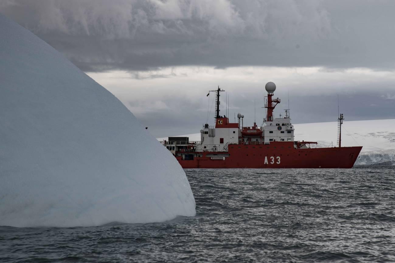 El Buque de Investigación Oceanográfica Hespérides junto a un iceberg (Enero 2020). / José Abel Flores