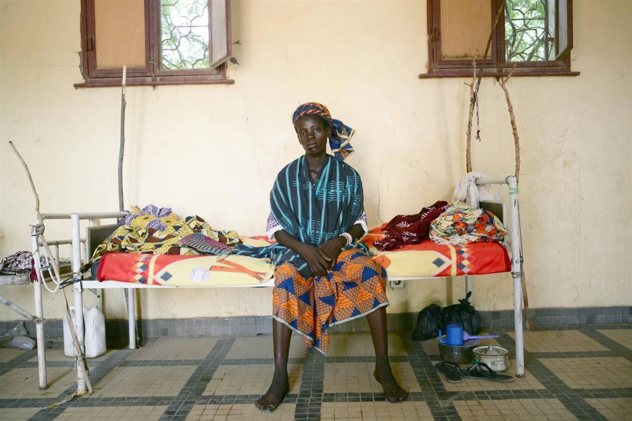 Awa Sonta, sentada en una cama de un hospital en Djenne