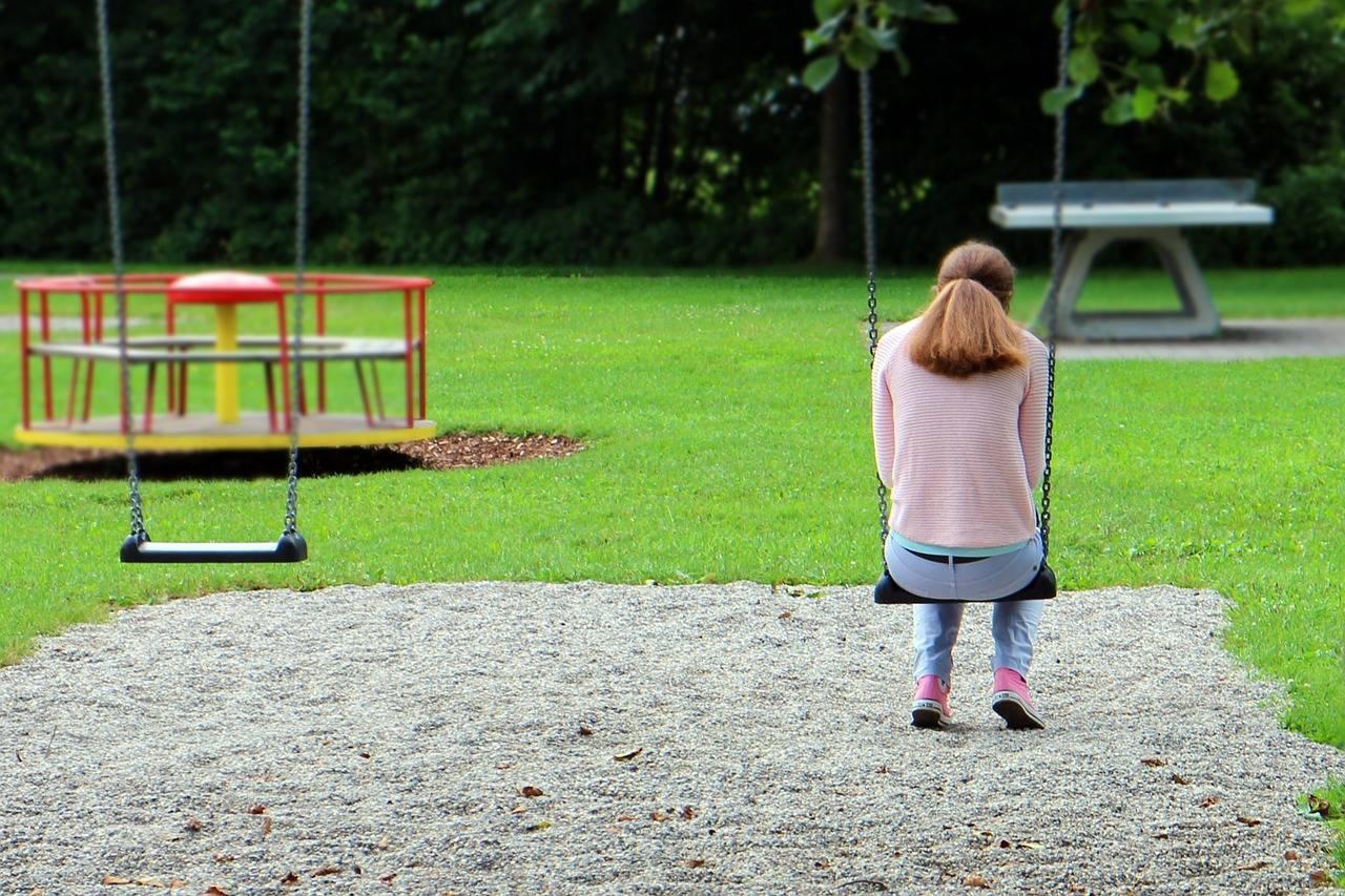 chica sola en un parque