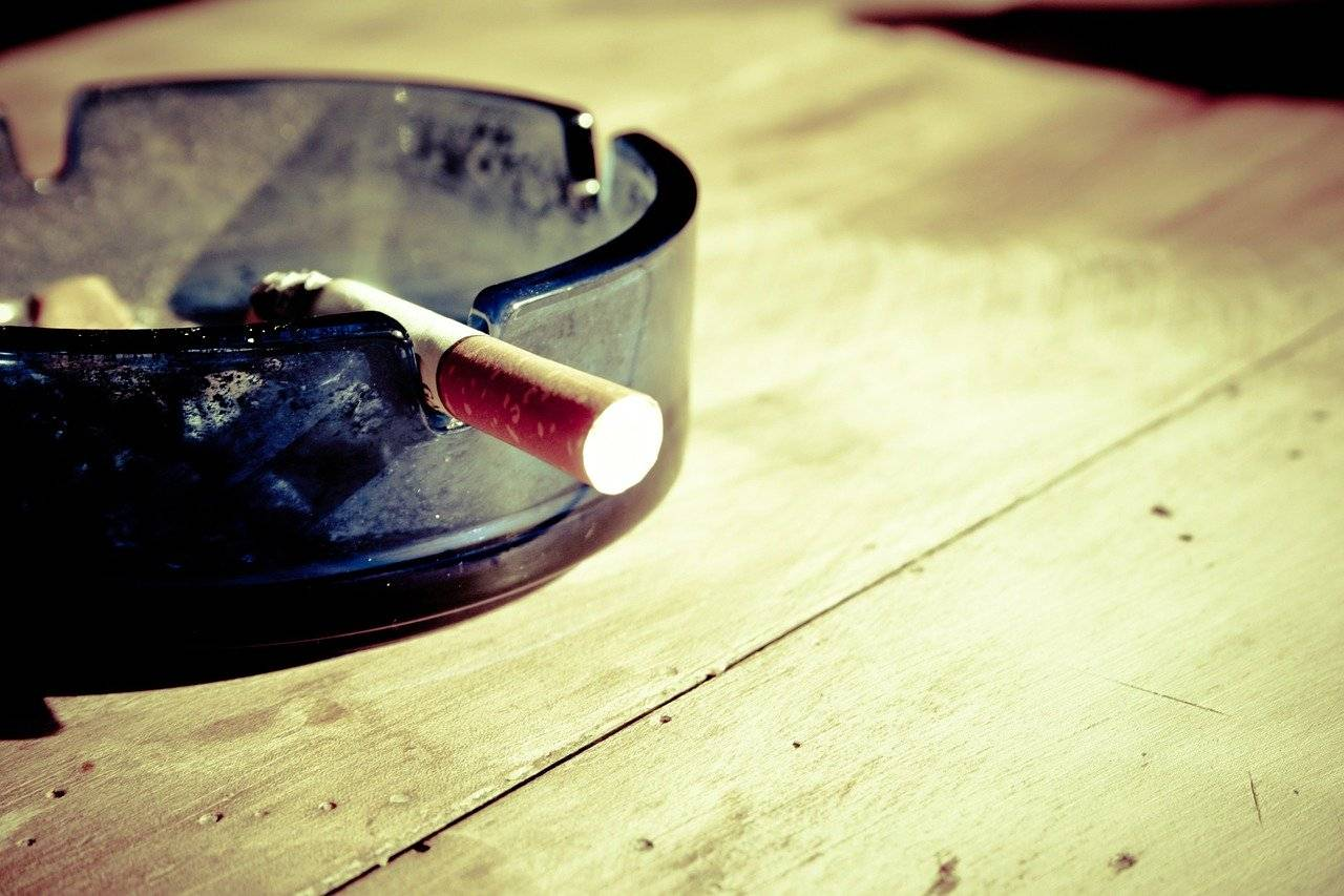 cigarro en cenicero