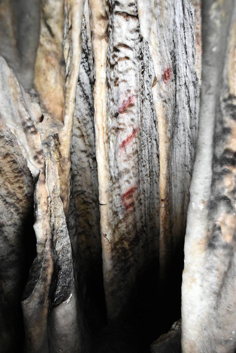 Detalle de las marcas rojas de la cueva de Ardales