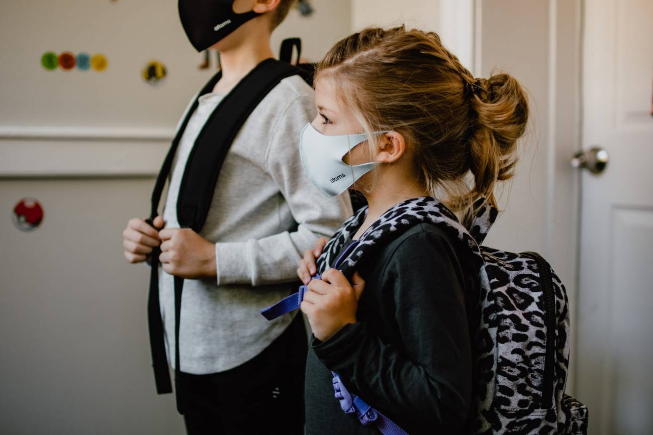 Dos ninos con mascarilla preparados para ir al colegio - Del 10 al 16 de mayo celebrada la Semana Europea de la Salud Mental ,Promocionarla   para hacer frente a la pandemia