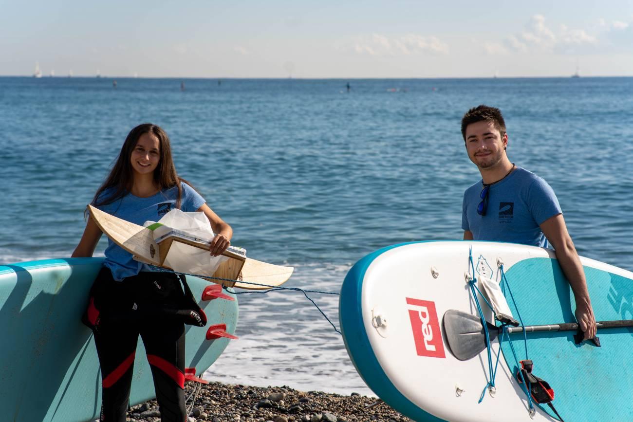 Sara Higueras Guillén y un compañero voluntario. / Surfing for Science
