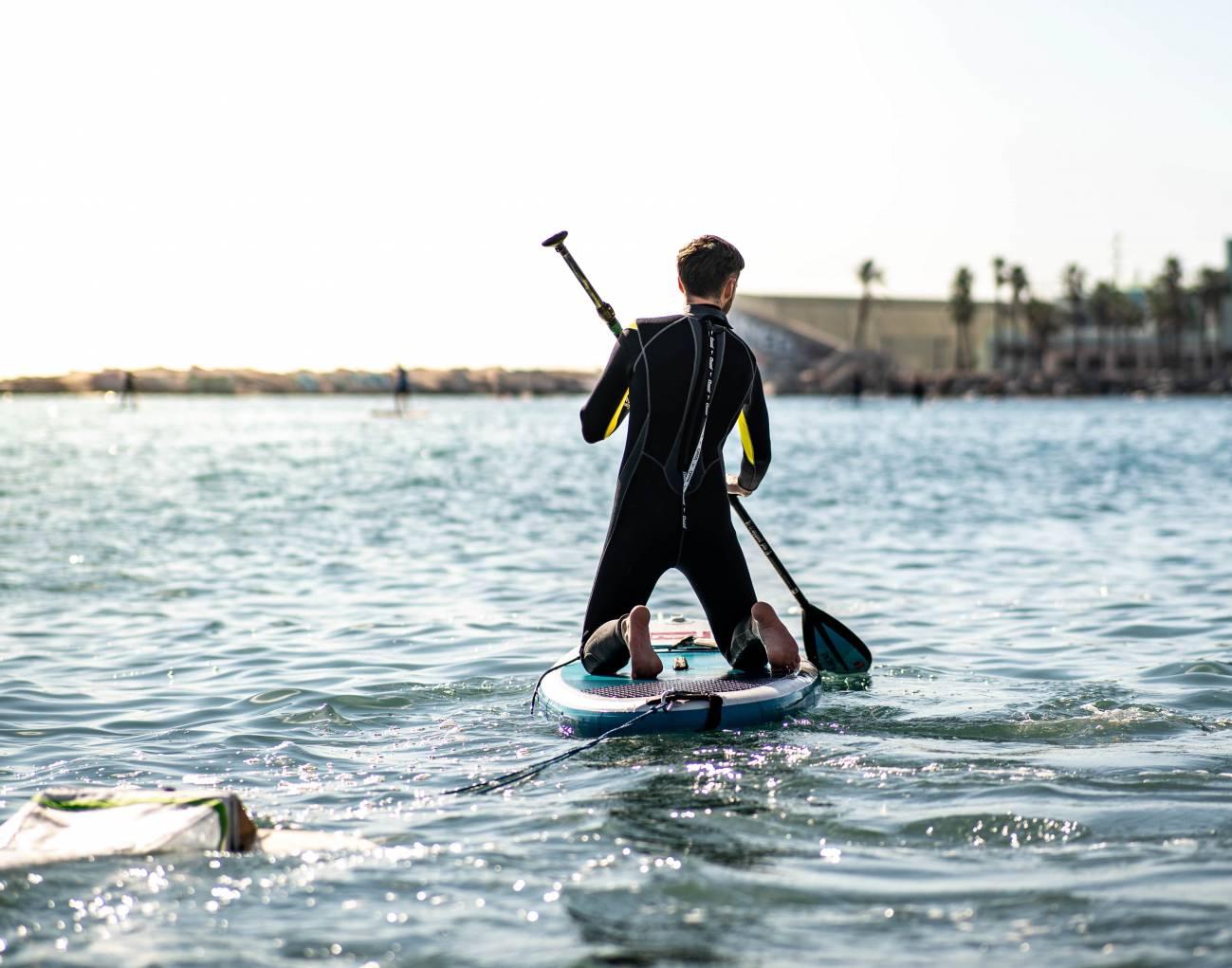 Uno de los voluntarios sobre la tabla. / Surfing for Science