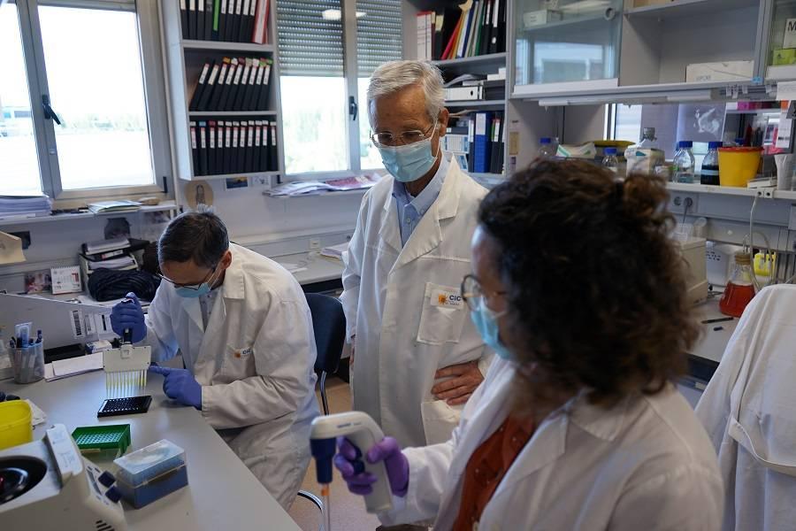 El investigador Eugenio Santos en su laboratorio del CIC. / CIC