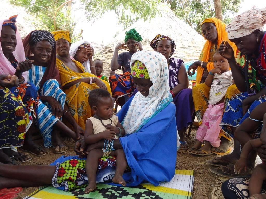 Mujer con bebé en su comunidad