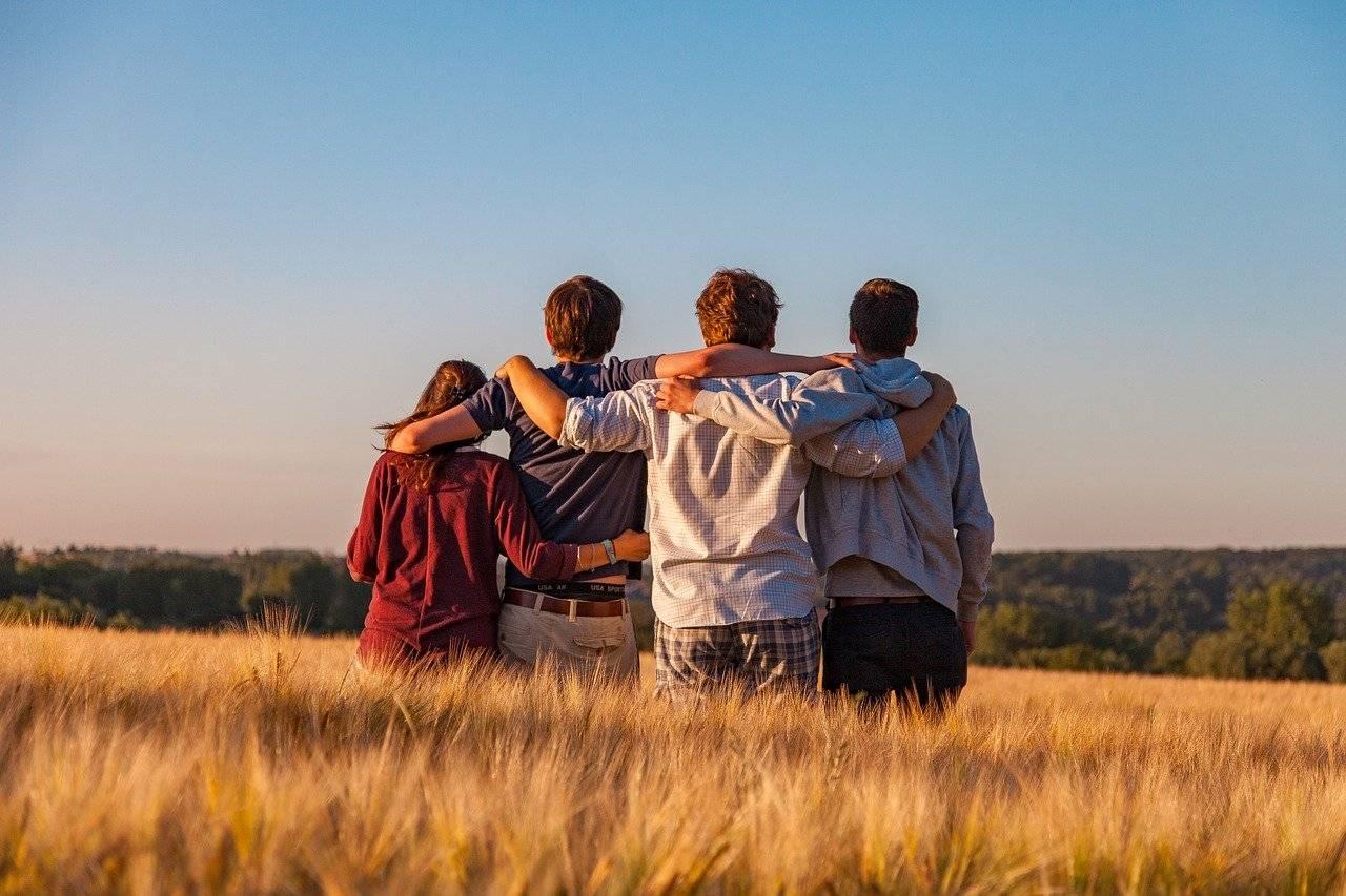 grupo de amigos abrazados