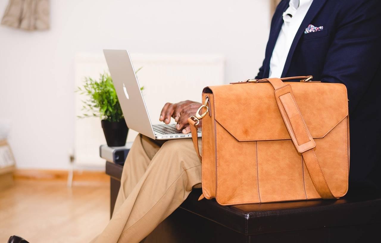 hombre sentado teletrabajando - El teletrabajo puede perjudicar a la salud, como evitarlo