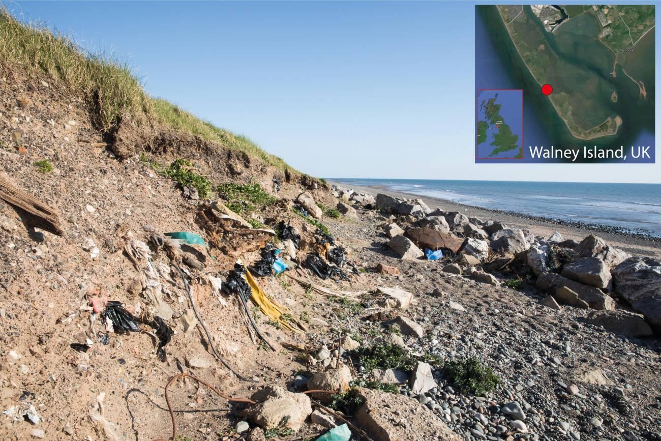 La erosión de los vertederos de residuos, como el de Walney Island, Reino Unido, desentierra continuamente la basura plástica enterrada en el océano. Estos vertederos existen en todo el mundo y son una de las muchas fuentes de contaminación de plástico marino / Centro Nacional de Oceanografía de Southampton