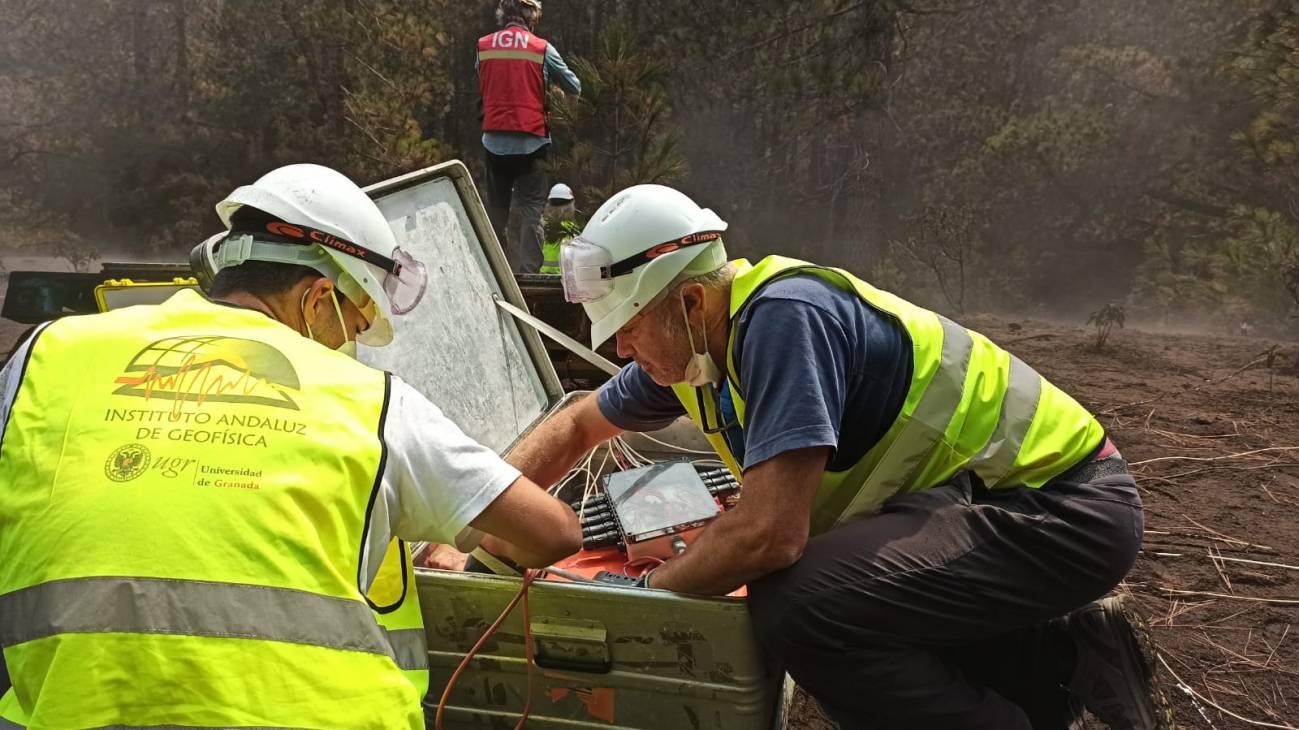 El equipo de la UGR en La Palma preparando la estación. / Foto cedida por el investigador