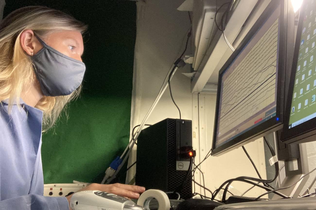 Karen Konkoly en el laboratorio