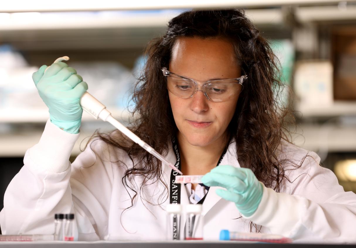 La científica española Pilar de la Puente en su laboratorio