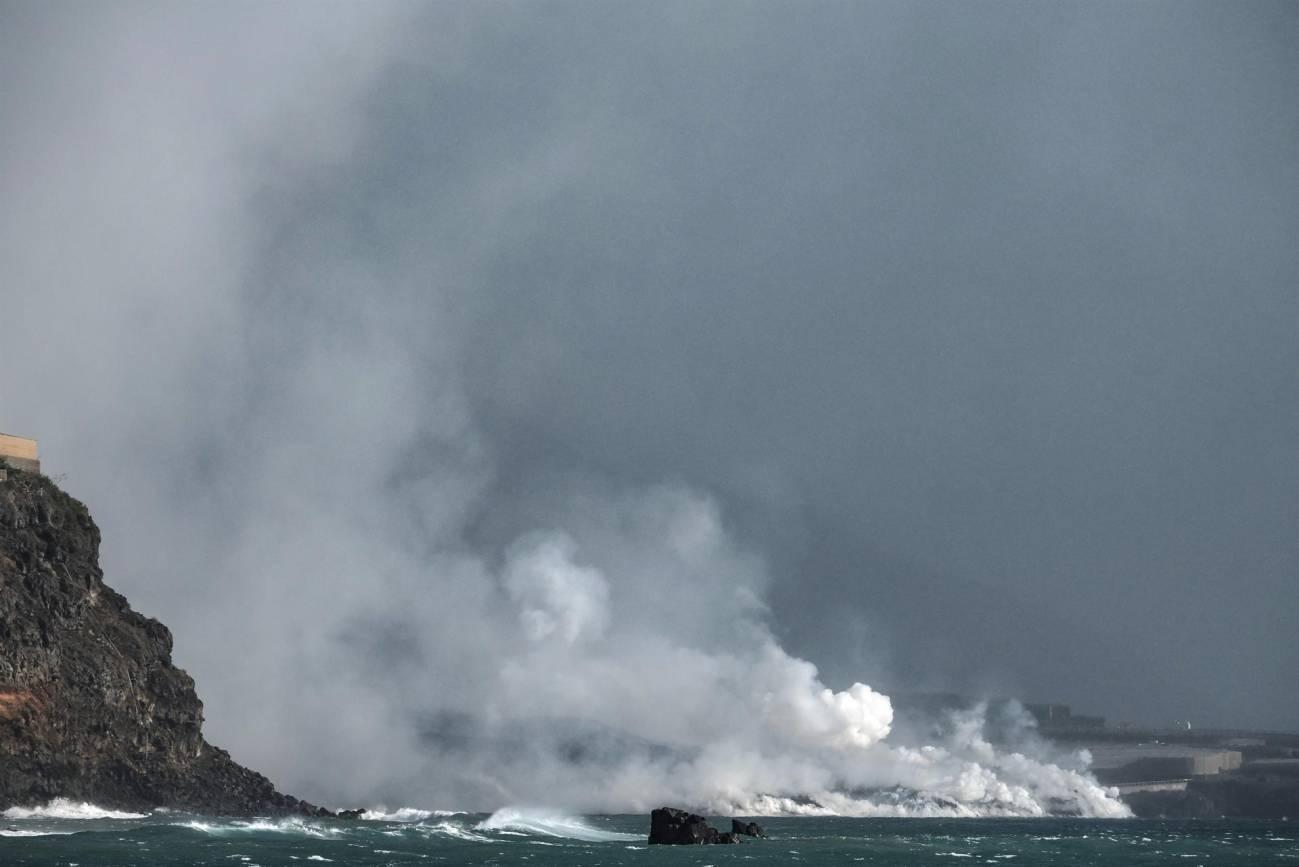 La colada del volcán de La Palma que llega al mar sigue avanzando y formando un delta de lava.