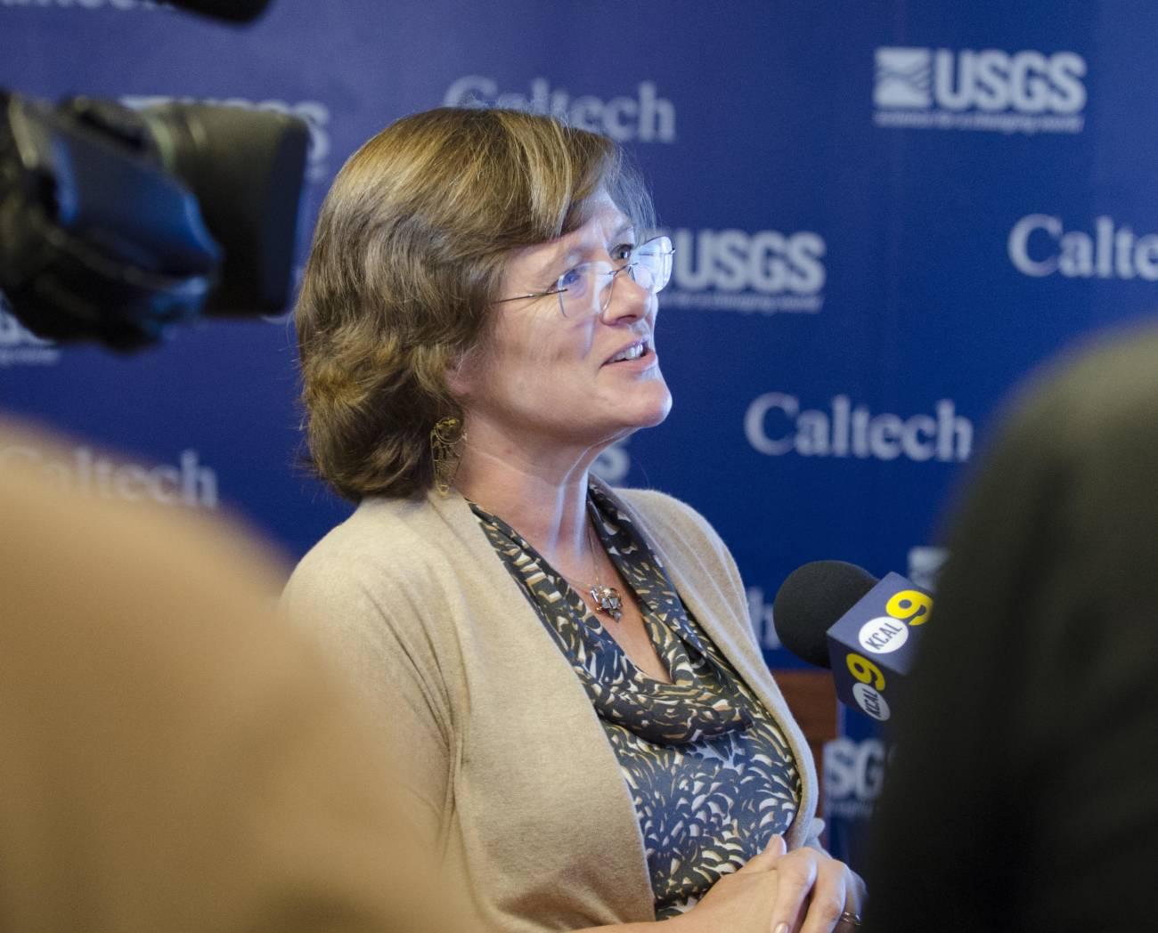 Lucy Jones atendiendo a los medios tras un terremoto en Los Ángeles (EE UU). / Foto cedida por la autora