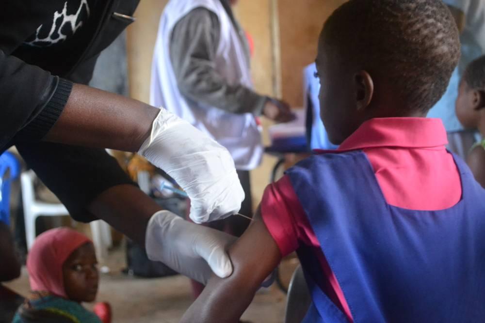 Niña recibe su vacuna contra el VPH