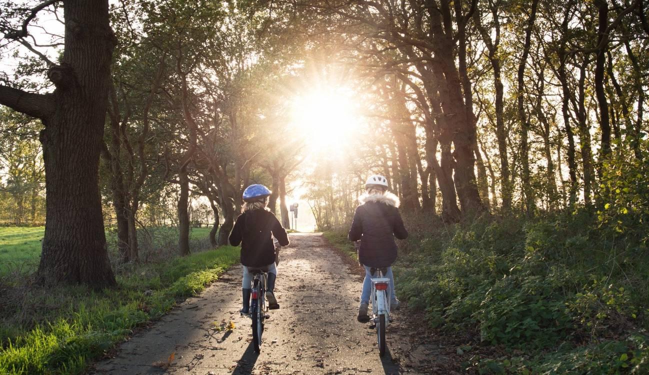 Niñas paseando en bicleta