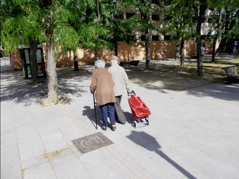 Pareja Mayor Carrito - España.- Salud urbana y crisis del coronavirus, en confinamiento, la desigualdad se magnifica