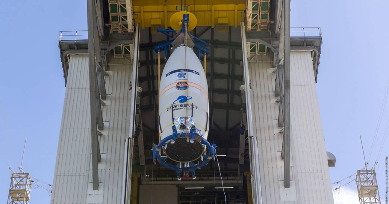 SEOSAT Ingenio being hoisted - Lanzamiento del satélite español Ingenio de observación de la Tierra ofrecerá imágenes terrestres en alta resolución