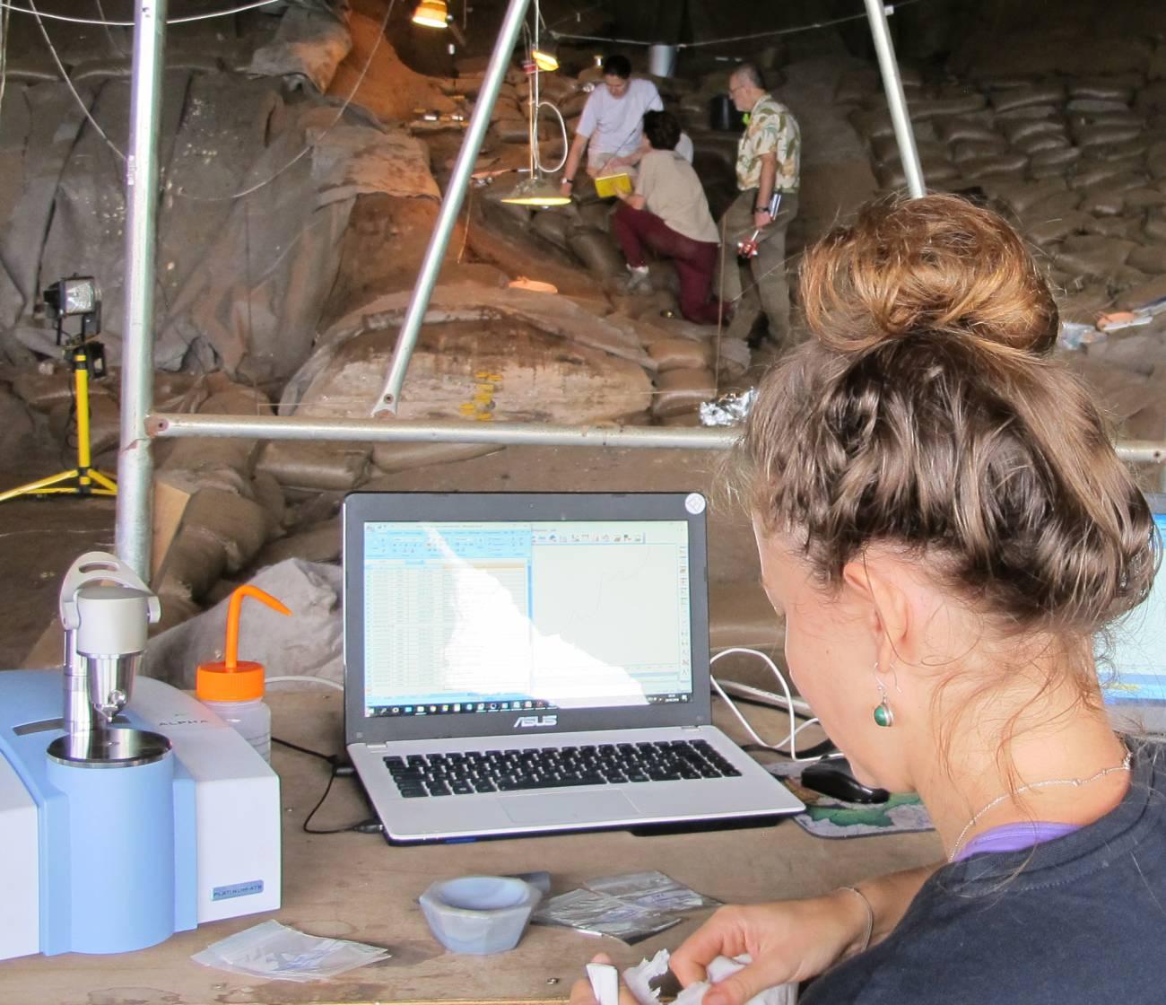 Análisis químico 'in situ' de cenizas de la Border Cave. / L. Wadley