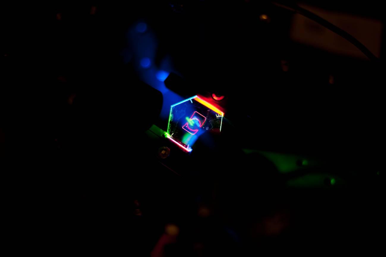 El nuevo sistema utiliza una pantalla transparente. La sensación es de estar viendo un holograma. / Albert Jeans