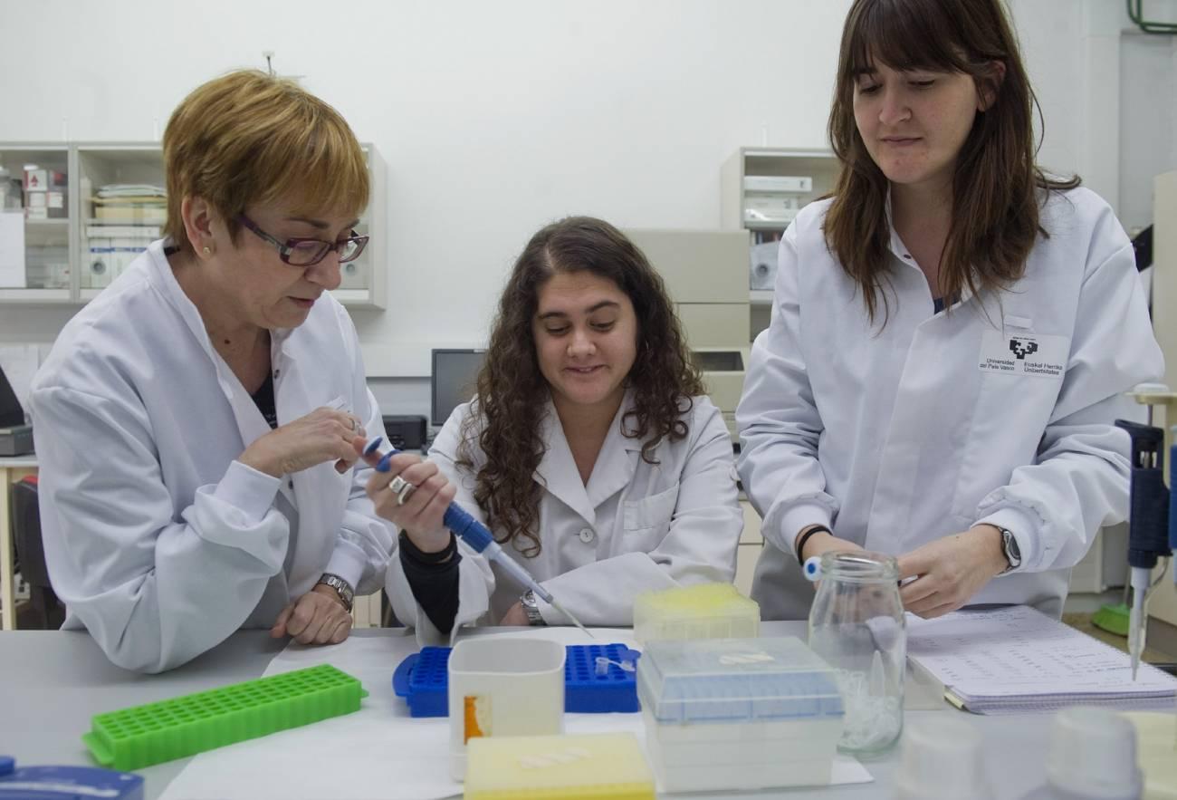 De izquierda a derecha, Esther Rebato y sus colaboradoras, Alaitz Poveda y María Eugenia Ibáñez. Imagen: Luis Jauregialtzo / Argazki Press.
