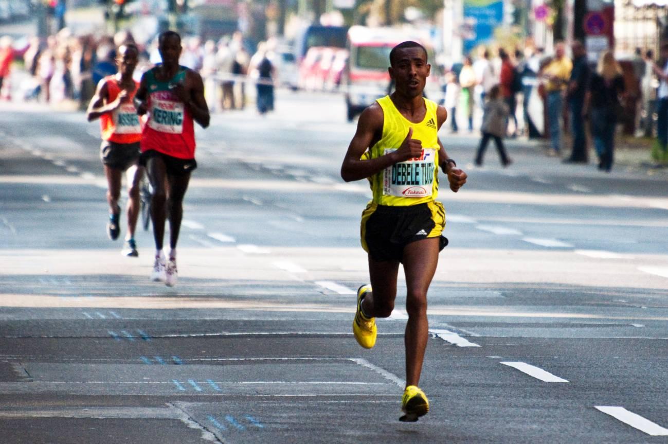 Los atletas que practican deportes de resistencia sufren de forma acusada asma e hiperreactividad de las vías respiratorias. Imagen: Maartmeester.