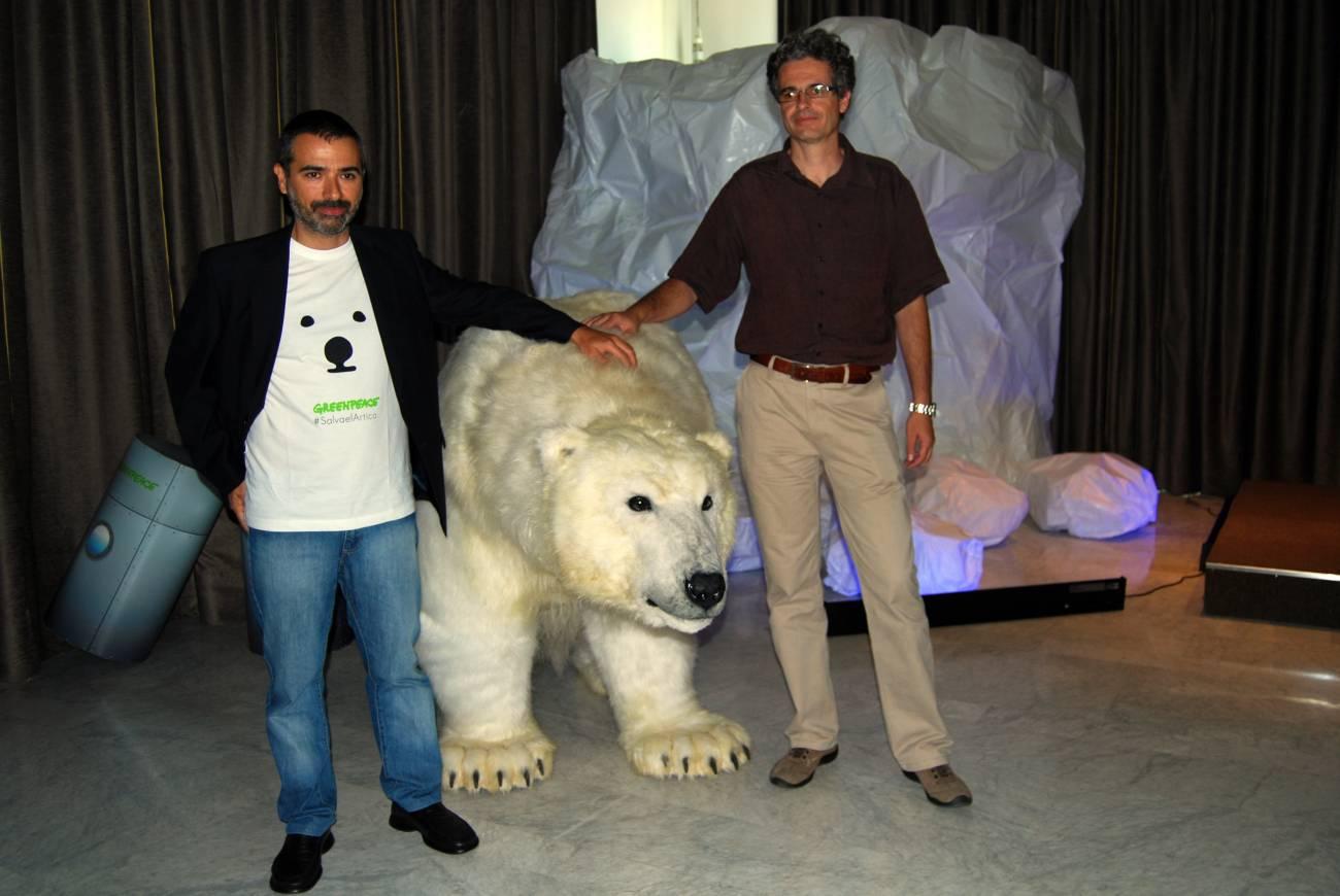 Julio Barea (izquierda), y Mario Rodríguez (derecha), junto a la osa polar Paula, durante la presentación de la campaña. Imagen: SINC.