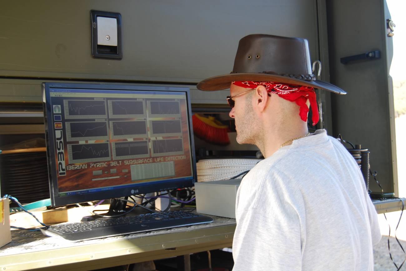 José Antonio Rodríguez observando los datos que envían los sensores. / SINC
