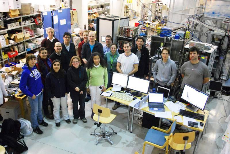 Investigadores del Instituto de Física Corpuscular junto al detector DTAS de la instalación finlandesa para física nuclear IGISOL-IV. / Grupo de Espectroscopía Gamma y Neutrones-IFIC.