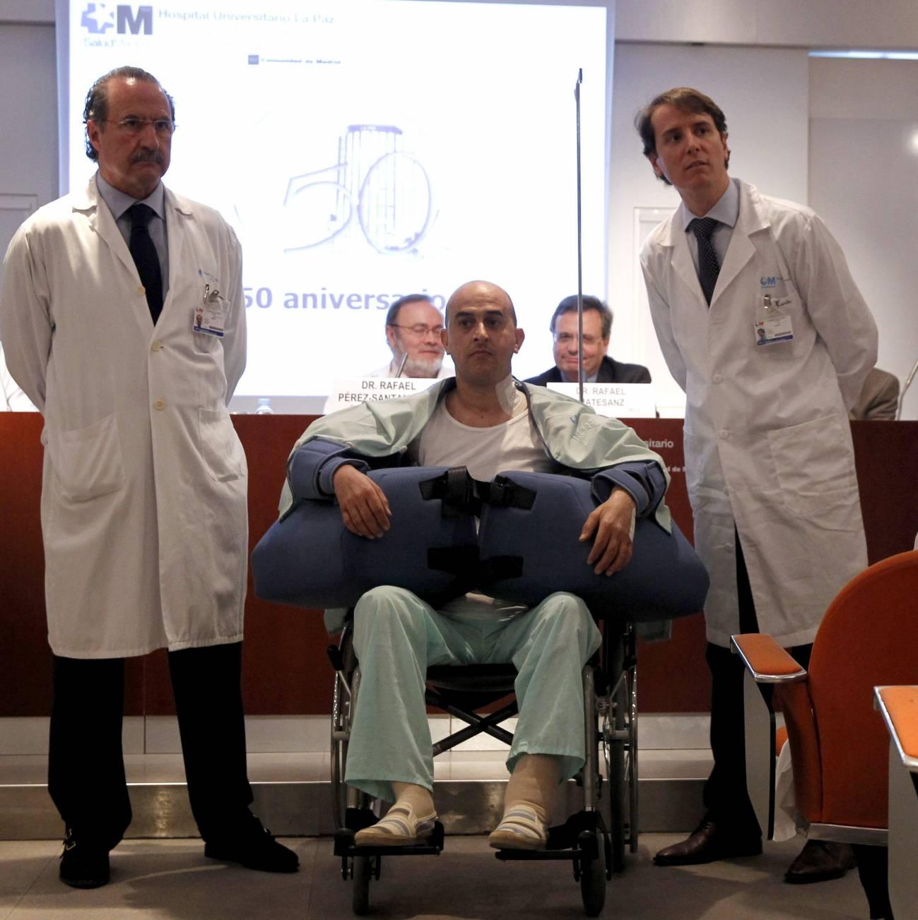 En la imagen, el paciente junto a parte del equipo médico. / Efe