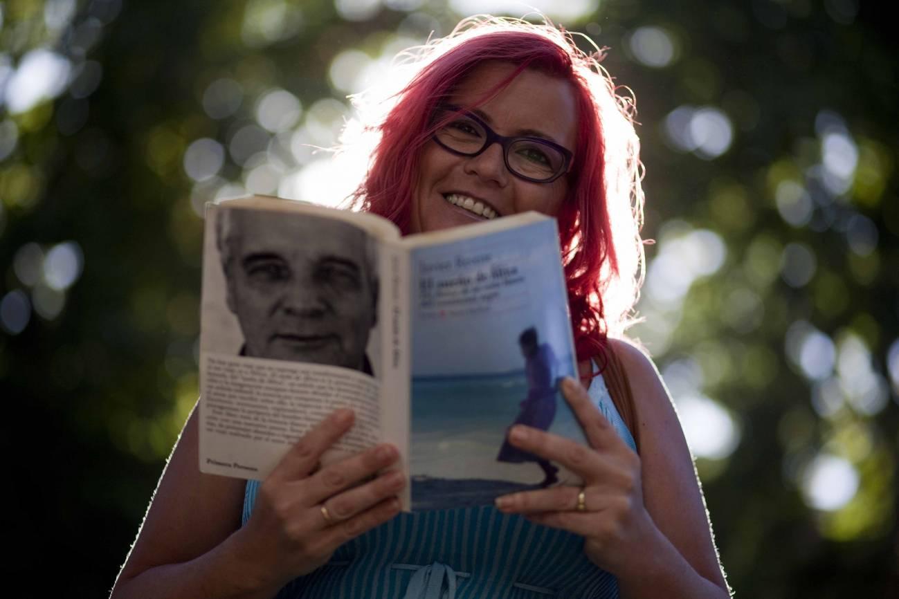 La matemática Clara Grima sueña con el África negra que relata en este libro Javier Reverte. Imagen: SINC.