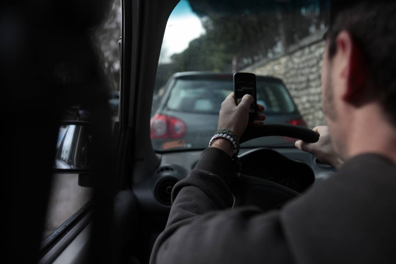 Conductor contesta al móvil al volante. / SINC