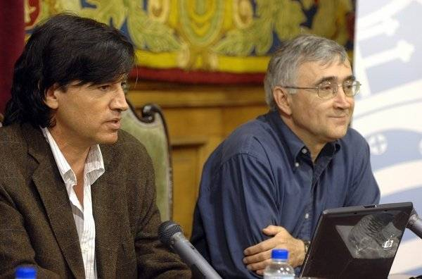 Carlos López-Otín (izquierda), y Elías Campo, en la Universidad de Oviedo.