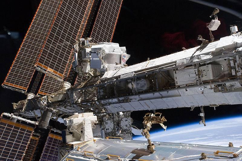 El espectrómetro AMS (arriba en el centro) sobre la Estación Espacial Internacional. / NASA.